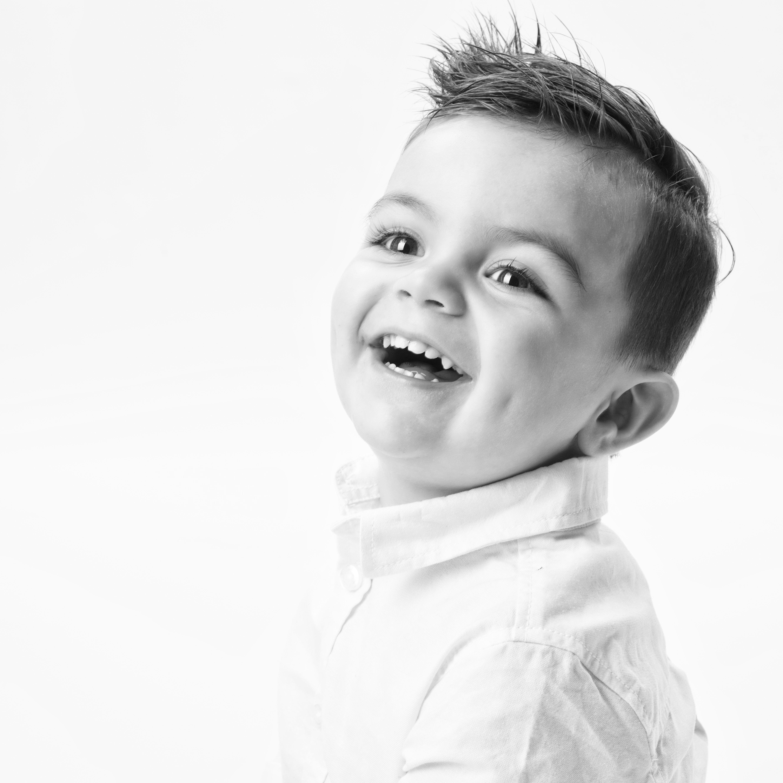 Portrait en studio en noir et blanc sur fond blanc d'un petit garçon pour Lorie Diaz