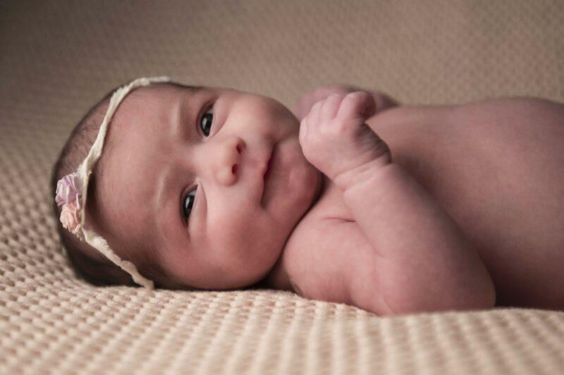 Portrait en couleur d'un bébé sur le dos sur une couverture pour Lorie Diaz Photographe