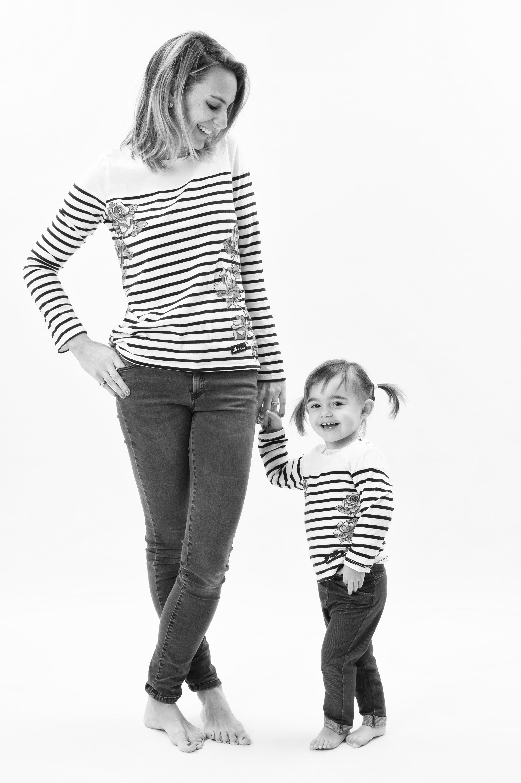 Photo de famille d'une mère et de sa fille en studio en noir et blanc sur fond blanc pour Lorie Diaz photographe