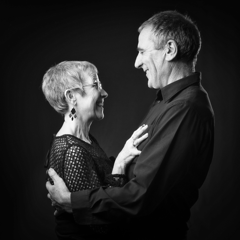 Portrait en noir et blanc en studio d'un couple sur fond noir pour Lorie Diaz photographe