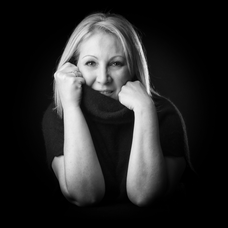Portrait de femme en studio en noir et blanc sur fond noir pour Lorie Diaz Photographe professionnelle Saint Rémy de Provence