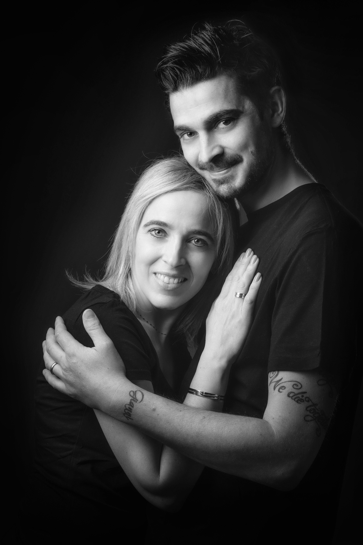 Photo de couple en noir et blanc sur fond noir pour Lorie Diaz Photographe