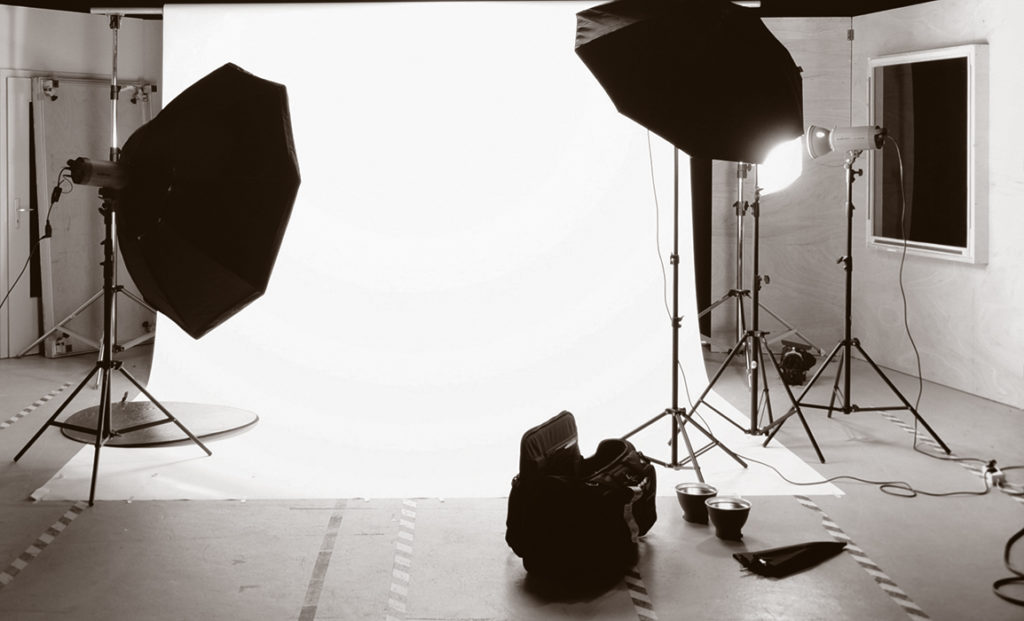 Studio de photographie professionnel en sepia avec des flashes et un fond de studio pour Lorie Diaz à St Rémy-de-Provence