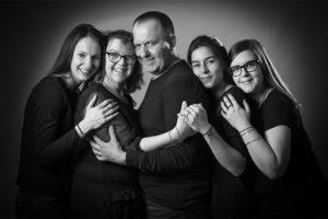 Photo de famille en noir et blanc en studio pour la collection Gourmande Généreuse pour Lorie Diaz